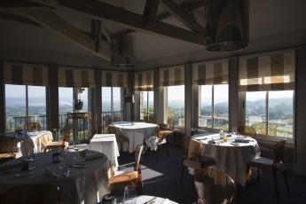 La salle principale du restaurant est entourée de baies vitrée